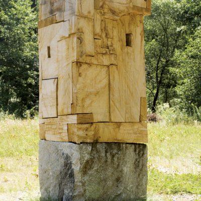"""Turm"", Eichenholz, Granit, 86x 77x 200 cm, 2007"