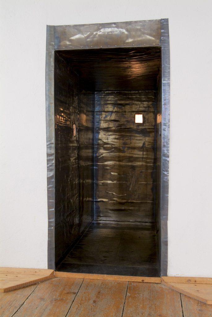 """""""Bleikiste"""", Bleiblech u Fichtenholz, 90x 115x 197cm, 2007"""